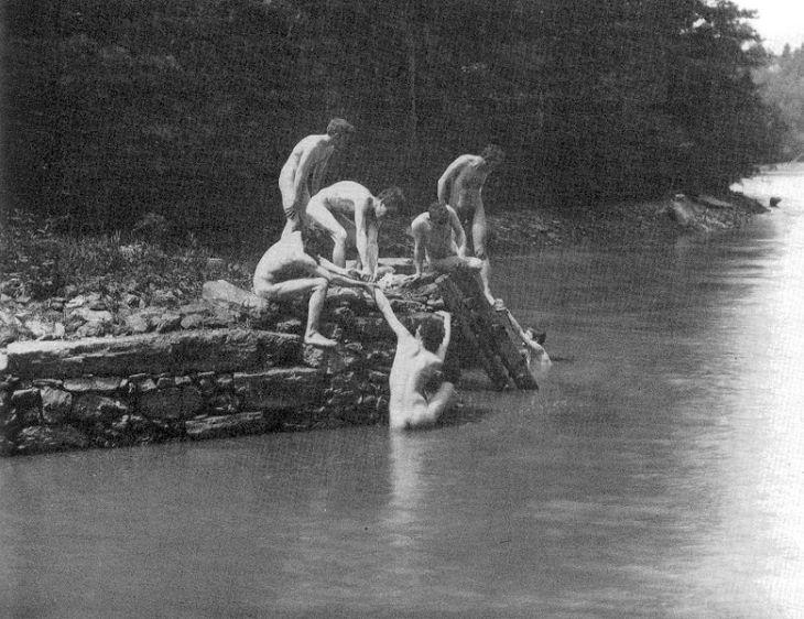 779px-Eakin's_art_studens_bathing_3